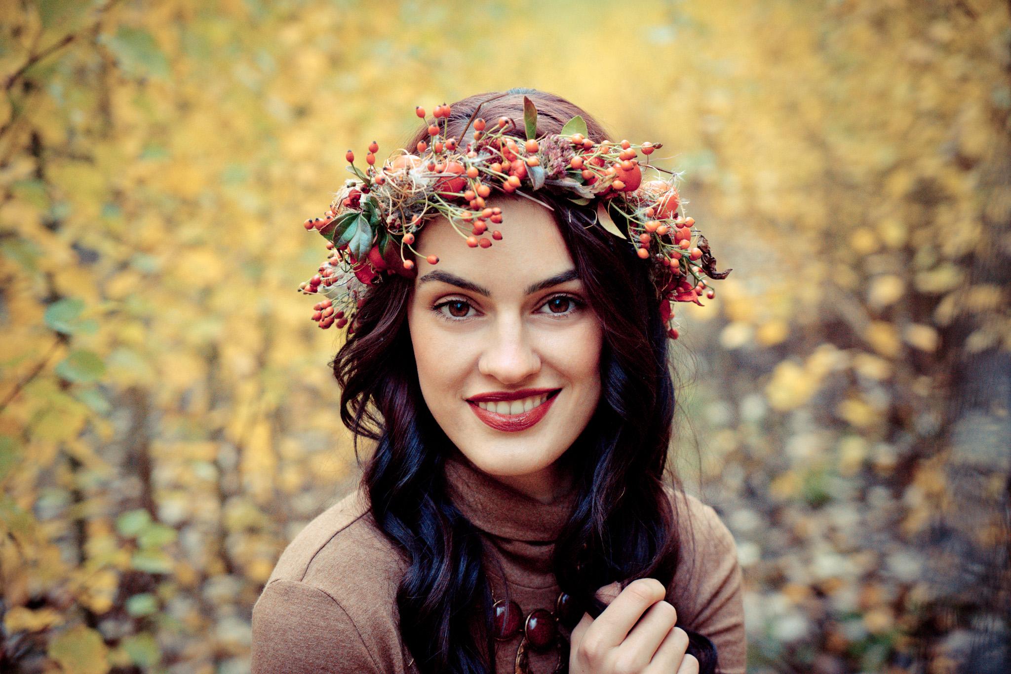 Frau mit Herbstkranz
