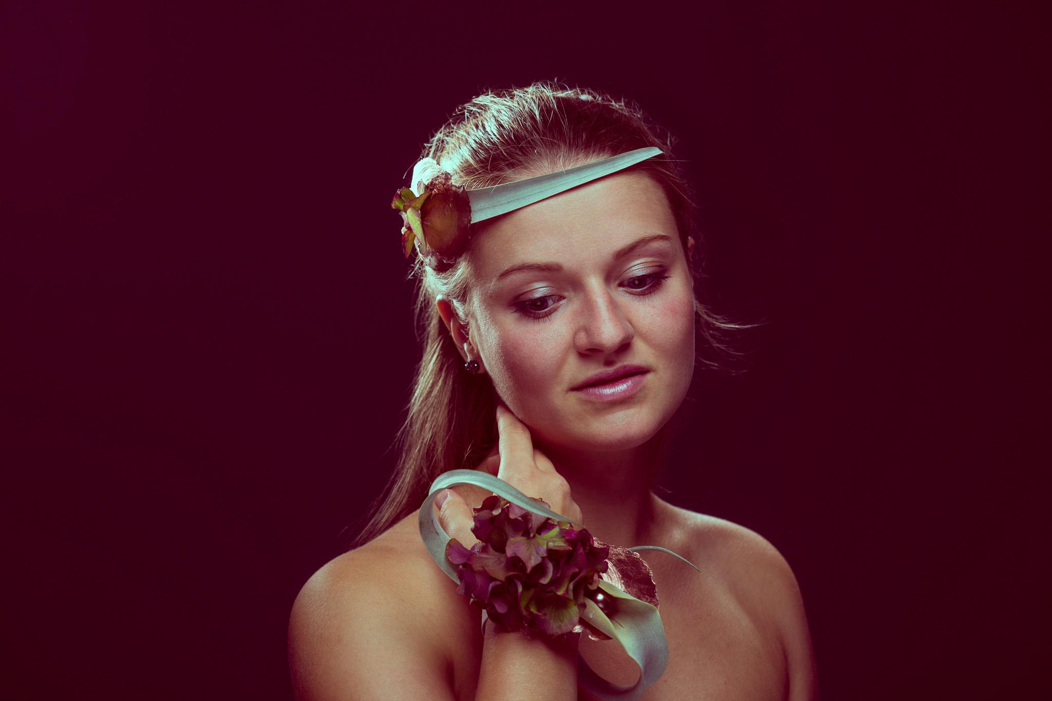 Frau mit Herbstfloristik