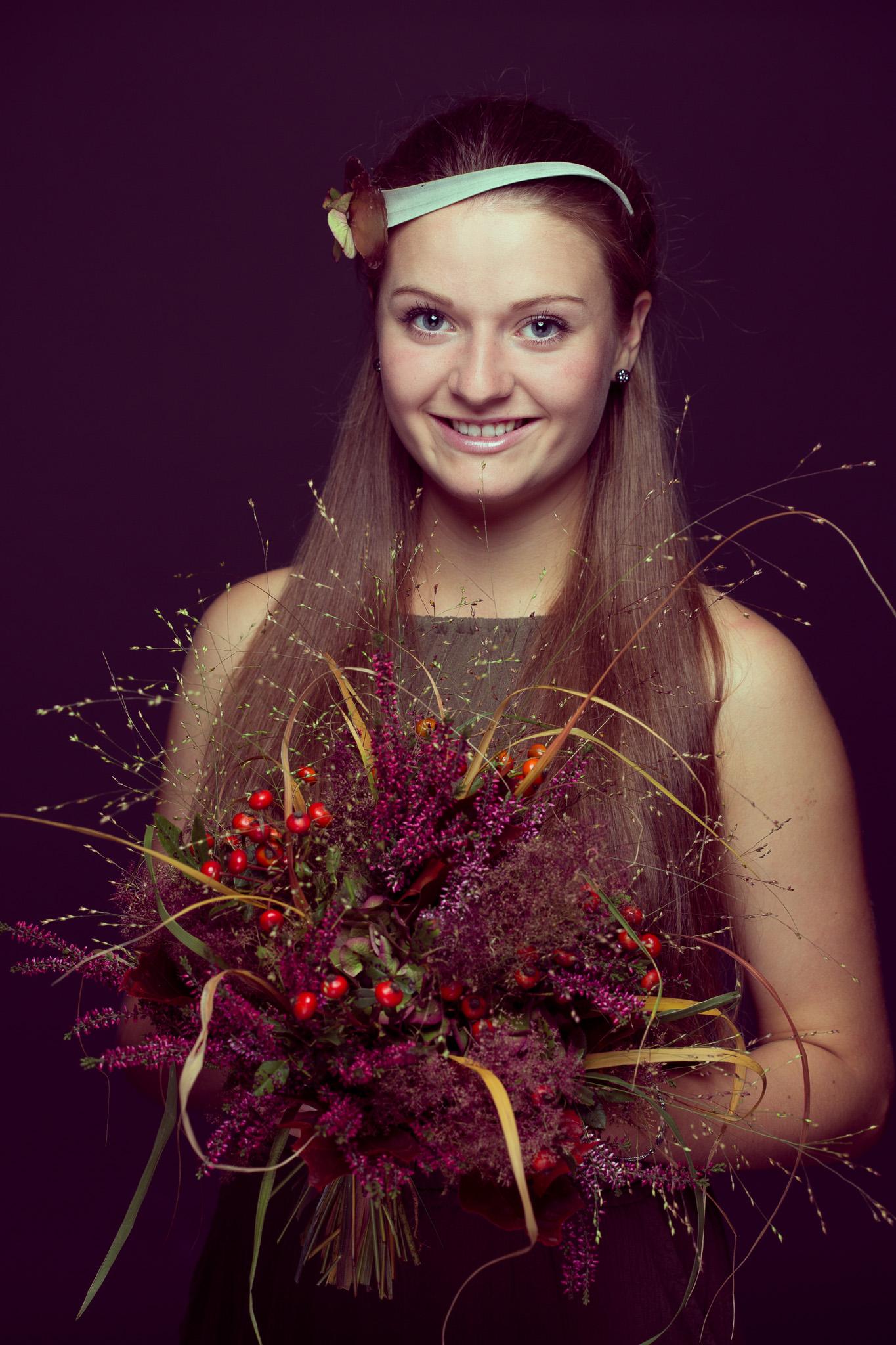 Frau mit Herbststrauß
