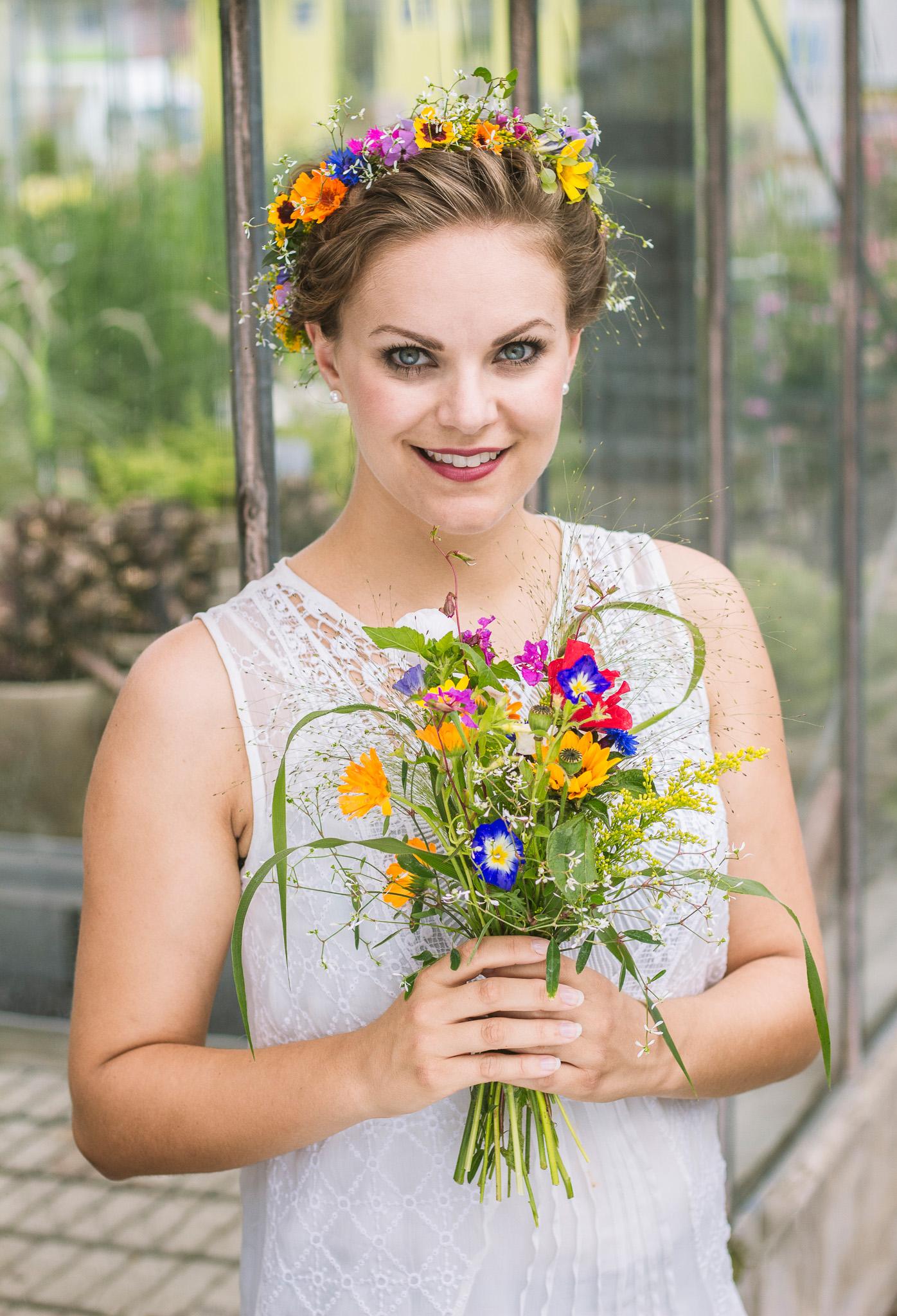 Frau mit Blumenkranz und Blumenstrauß
